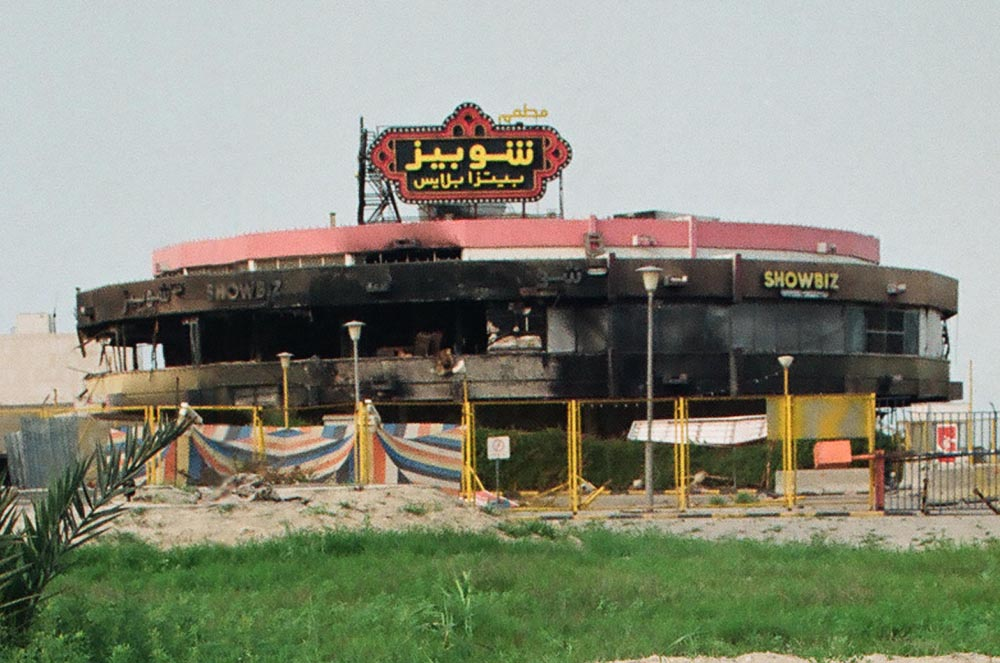 Showbiz Pizza Place  Iraqi troops looted and destroyed Kuwait's beach facilities, including dining and refreshment establishments. Shown here in Salmiya is a firebombed Showbiz Pizza Place, part of an international fast food chain.
